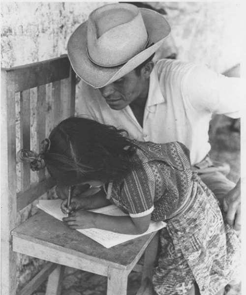 """Fotografía:""""Wenceslao Armira con su hija Quirina"""" de Roger Bunch (principios de la década del setenta del siglo XX)"""