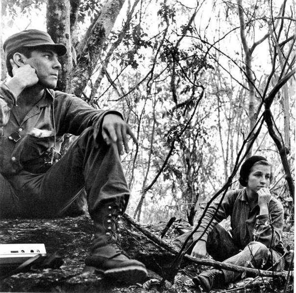 """Foto: Rodrigo Moya. La original de César Montes y la guerrillera Rosa María. Esta fue publicada """"con el comandante Montes sin la guerrillera Rosa María ,Guatemala, 1966."""""""