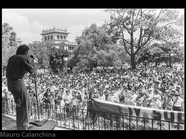 Concha Acústica en el Parque Central, 20 de octubre de 1978. Edgar Ortíz lider magisterial y capitan de las FAR. Fotografía de Mauro Calanchina.