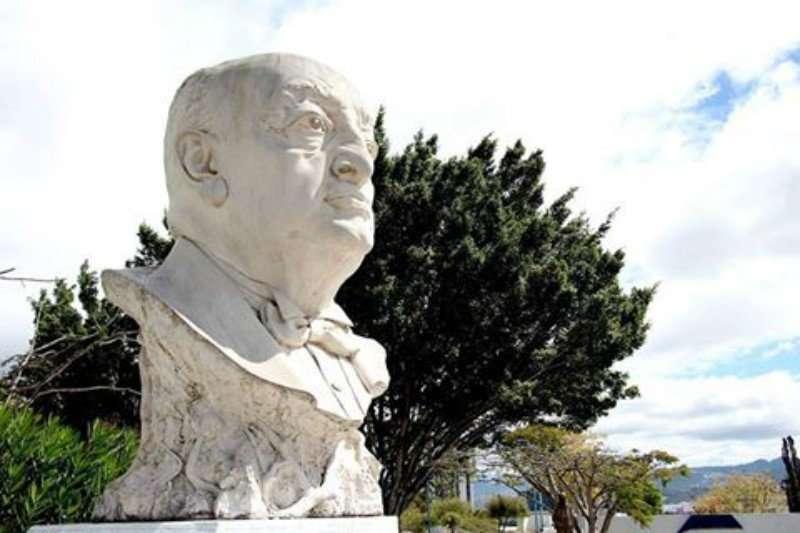 Monumento a Miguel Ángel Asturias frente al Teatro Nacional, de espalda a la ventana de la ciudad, en Guatemala. Foto Sergio Valdés Pedroni 2017**