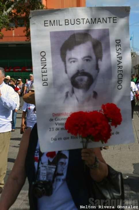 Marylena Bustamante junto a Emil en la marcha del 20 de octubre del 2013
