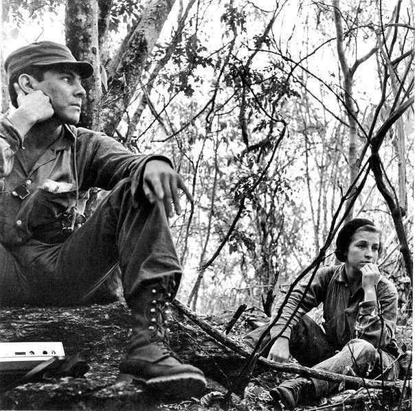"""Foto: Rodrigo Moya. La original de César Montes y la guerrillera Rosa María. Esta fue publicada """"con el comandante Montes sin la guerrillera Rosa María, Guatemala, 1966""""."""
