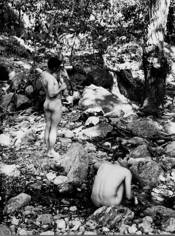 """Foto: Rodrigo Moya. """"Un baño cerca de las armas, Guatemala, 1966."""