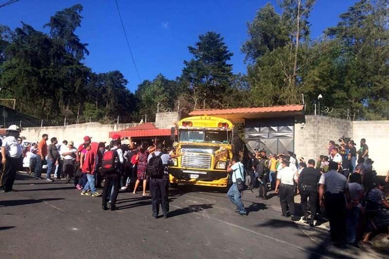 """Fotografía: Mayra Jiménez. Niñas y niños que se encontraban dentro de las instalaciones de """"Hogar Seguro Virgen de la Asunción"""" son trasadados en buses fuera las instalaciones luego del incendio."""