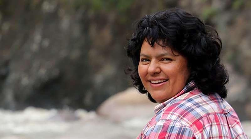 Berta Cáceres sentada en el Río Gualcarque, en la región de  Río Blanco donde han librado una lucha contra la construcción del proyecto hidroeléctrico de Agua Zarca, que afecta gravemente el ambiente y territorio de las comunidades indígenas de la región. Fotografía: Goldman Environmental Price.