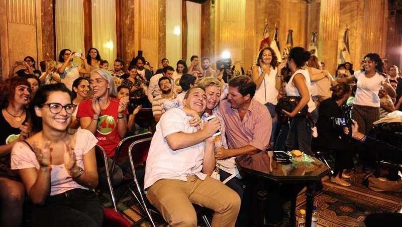 Los familiares de pacientes que usan el cannabis medicinal celebraron la aprobación en el Senado de la ley.  Foto Juano Tesone
