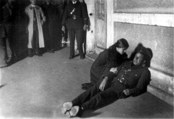 Tina Modotti durante la reconstrucción del asesinato de Julio Antonio Mella.